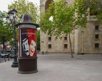 Caja del cartel cerca del teatro de la gente joven Imagenes de archivo