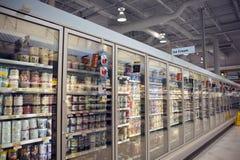 Caja del congelador del helado en almacén Imagenes de archivo