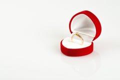 Caja del corazón del terciopelo y casarse el anillo de oro aislado en blanco Fotografía de archivo