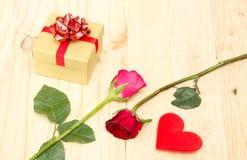 Caja del corazón y de regalo de Rose Fotografía de archivo libre de regalías