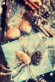 Caja del día de fiesta de la Navidad con el cordón de lino y los regalos naturales Nieve exhausta Fotos de archivo libres de regalías
