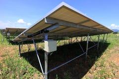 Caja del fusible de granja solar instalada debajo de los paneles del picovoltio Fotos de archivo