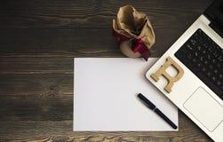 Caja del lápiz, del Libro Blanco, del ordenador y de regalo en la foto común del fondo de madera foto de archivo libre de regalías