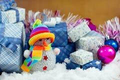 Caja del muñeco de nieve y de regalo en el campo de nieve Imagen de archivo