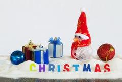 Caja del muñeco de nieve y de regalo en el fondo blanco Fotografía de archivo libre de regalías