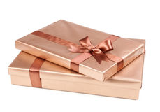 Caja del oro con los regalos y el arco del marrón Imagenes de archivo