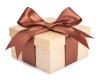 Caja del oro con los regalos y el arco del marrón Imágenes de archivo libres de regalías