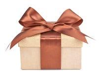 Caja del oro con los regalos y el arco del marrón Fotos de archivo libres de regalías