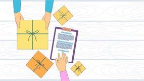 Caja del paquete de servicio de entrega que recibe al mensajero Hands Customer Sign encima del espacio vacío de la copia Imágenes de archivo libres de regalías