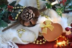 Caja del presente de la forma del corazón con el ornamento de la Navidad Imagenes de archivo