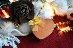 Caja del presente de la forma del corazón en el ornamento de la Navidad Foto de archivo