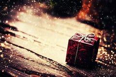Caja del regalo de Navidad con las decoraciones en backgro de madera oscuro Imagen de archivo