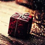Caja del regalo de Navidad con las decoraciones en backgro de madera oscuro Foto de archivo