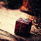 Caja del regalo de Navidad con las decoraciones en backgro de madera oscuro Imagenes de archivo