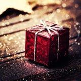 Caja del regalo de Navidad con las decoraciones en fondo de madera oscuro Imagenes de archivo