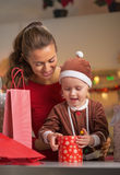 Caja del regalo de Navidad de la abertura de la madre y del bebé Fotos de archivo
