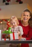 Caja del regalo de Navidad de la abertura de la madre y del bebé Imágenes de archivo libres de regalías