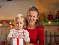 Caja del regalo de Navidad de la abertura de la madre y del bebé Fotografía de archivo libre de regalías