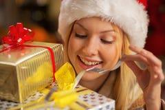 Caja del regalo de Navidad de la abertura de la muchacha del adolescente Fotografía de archivo libre de regalías