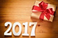 Caja del regalo de Navidad en fondo de madera Fotos de archivo libres de regalías