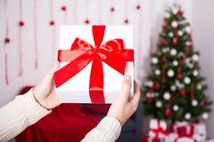 Caja del regalo de Navidad en las manos masculinas Fotos de archivo