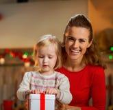 Caja del regalo de Navidad de la abertura de la madre y del bebé Fotografía de archivo