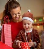 Caja del regalo de Navidad de la abertura de la madre y del bebé Foto de archivo libre de regalías