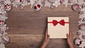 Caja del regalo de Navidad de la abertura de la mano almacen de video