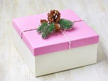 Caja del rosa del regalo de la Navidad en la opinión de madera blanca del fondo del abo Fotos de archivo libres de regalías