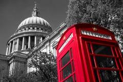 Caja del teléfono de Londres en la catedral de San Pablo Imagenes de archivo