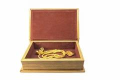 Caja del tesoro con el lingote y el collar de oro Fotografía de archivo libre de regalías