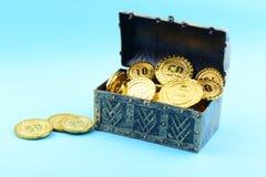 Caja del tesoro con las monedas de oro Imagen de archivo libre de regalías