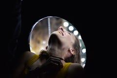 Caja del viaje del espejo de los intentos de la mujer imagen de archivo