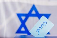 Caja del voto el día de elección Texto hebreo que voté sobre el papel de votación foto de archivo