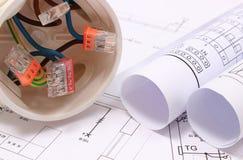 Caja eléctrica con los cables y los diagramas en el dibujo de construcción Fotografía de archivo libre de regalías