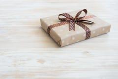 Caja en el papel del arte, documento del eco sobre la tabla de madera Visión superior Caja de regalo envuelta en papel de Brown c fotos de archivo libres de regalías
