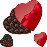 Caja en forma de corazón con los chocolates Foto de archivo