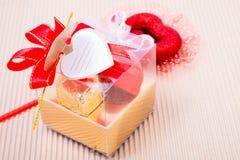 Caja en forma de corazón de los chocolates con la tarjeta en blanco Imágenes de archivo libres de regalías
