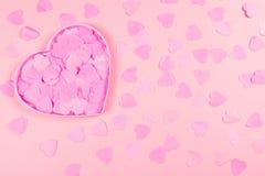 Caja en forma de corazón rosada por completo de corazones del confeti foto de archivo libre de regalías