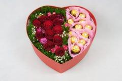 Caja en forma de corazón de flores Imagen de archivo libre de regalías