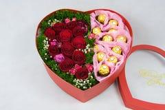 Caja en forma de corazón de flores Foto de archivo libre de regalías