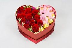 Caja en forma de corazón de flores Imágenes de archivo libres de regalías