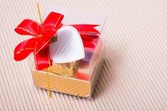Caja en forma de corazón de los chocolates con la tarjeta en blanco Fotos de archivo libres de regalías