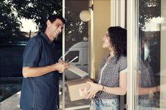 Caja en línea de la compra del servicio a domicilio frágil Fotos de archivo