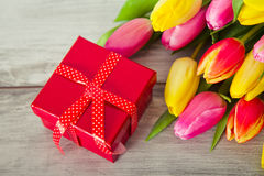 Caja en la forma de corazón y de tulipanes Imagen de archivo