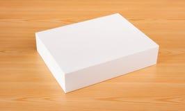Caja falsa del upwhite en el fondo de madera Imagenes de archivo