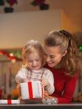 Caja feliz del regalo de Navidad de la abertura de la madre y del bebé Imagenes de archivo
