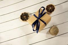 Caja festiva del regalo con la decoración y cinta azul en de madera blanco fotos de archivo libres de regalías