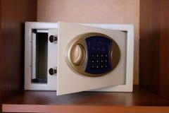 Caja fuerte abierta situada en el estante en el armario Cerradura digital del código seguro de la cámara acorazada El concepto de imágenes de archivo libres de regalías