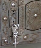 caja fuerte antigua con llaves dobles de la cerradura y del hierro imagen de archivo libre de regalías